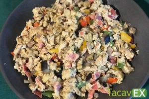 Huevos revueltos con verduras y especias