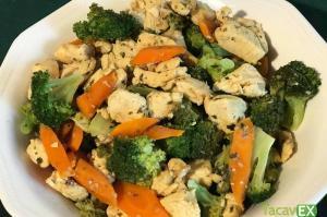 Pollo salteado con brócoli y zanahoria