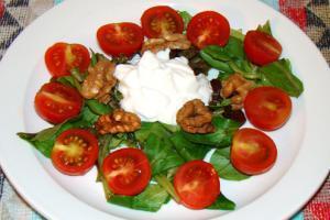 Ensalada para una cena ligera y nutritiva. Disfruta de esta receta muy fácil de preparar.