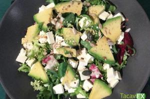 Ensalada verde con aguacate para una cena ligera o comida saludable.
