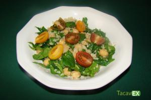 Ensalada de legumbres con garbanzos y quinoa. Deliciosa y fácil de hacer.