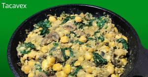 Garbanzos con espinacas y champiñones. Comida sana de legumbres con verduras.