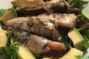 Ensalada de sardinas en lata y aguacate. Cena ligera fácil de hacer.