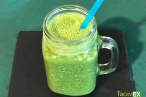 Batido verde de espinacas, plátano y crema de cacahuete para adelgazar