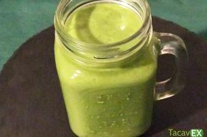 Batido verde adelgazante de espinacas, manzana y aguacate